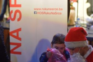 Ruku-na-Srce-Novogodisnji-paketici-za-2.000-djecijih-osmijeha-7-683x1024