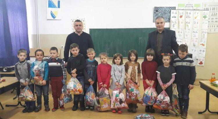 """Paketići za prvačiće iz Osnovne škole """"Srednje"""""""